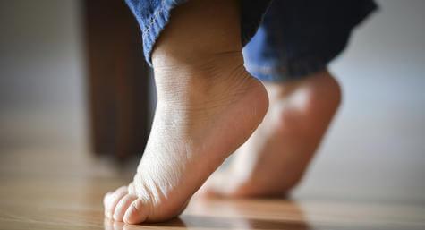 niño camina de puntitas
